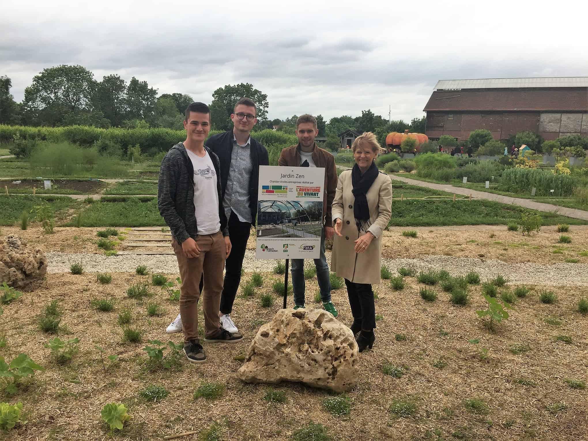 Pose de la plaque inaugurale par les apprentis et Evelyne Beaumont, Présidente de Cité Nature